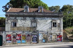 Abandonnée (hans pohl) Tags: portugal sesimbra maisons houses architecture bâtiments buildings fenêtres windows publicités advertising affiches