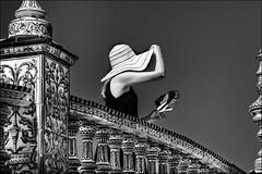 Chapeau et éventail /  Hat and fan (vedebe) Tags: ville city rue street urbain urban femme humain human chapeau eventail espagne seville noir et blanc n b bw monochrome andalousie