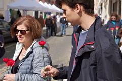 People#19 (alain leveque) Tags: lisbonne lisboa oeillet rouge revolution avril 25 belem fete commemoration portugal grandmère petitfils mémoire memory flower fleur