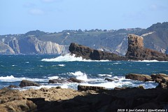 Playa del Campiechu - Cadavedo - Asturias (- Javi -) Tags: sea españa beach mar spain asturias playa espagne platja asturies acantilados cadavedo campiechu sol azul canon landscape paisaje cielo olas acantilado rocas marea maritimo soleado mareas 1000d