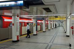 Tokyo (Jan Dreesen) Tags: japan japon tokyo tokio city minato subway metro train marunouchi line akasaka mitsuke station platform