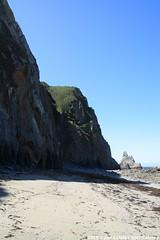 Playa del Campiechu - Cadavedo - Asturias (- Javi -) Tags: sea españa beach mar spain asturias playa espagne platja asturies cadavedo campiechu sol azul canon landscape paisaje cielo olas acantilado rocas marea maritimo acantilados soleado mareas 1000d