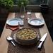 Kürbis-Zwiebel-Käse-Crostata (Tischbild)