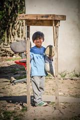 Un niño a la sombra (guspaulino1) Tags: provinciadebuenosaires argentina niños nikond5200 sigma18250 tierra gente