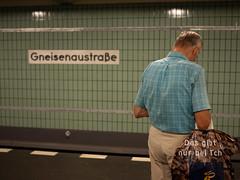 immer adrett - bei Tsch (grapfapan) Tags: berlin kreuzberg germany pattern ubahnhof streetphotography toninton