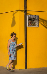 the yellow wall (krøllx) Tags: grandecanal italy venezia venice burano colorful colors europe island people peopleandstreet photoworkshop shadow shadowplay streetphotography travel workshopvenezia yellow