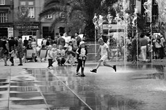 Street life - Chorzów 2019 (Tu i tam fotografia) Tags: fountain fontanna people ludzie człowiek man human dzieciaki kids water woda street ulica polska poland streetphotography fotografiauliczna streetphoto miasto city outdoor candid blackandwhite noiretblanc enblancoynegro inbiancoenero bw monochrome czerń biel czerńibiel noir czarnobiałe blancoynegro biancoenero skok jump streetlife