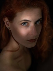 Lisa (Soloross) Tags: portrait ritratto donna ragazza viso face woman girl redhair capellirossi light shadow luce ombra naturallight