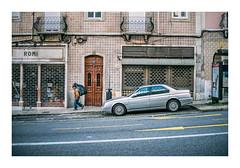 Arroios, Lisboa (Sr. Cordeiro) Tags: arroios lisboa lisbon portugal rua street carro car saco bag fuji fujifilm xpro2 7artisans 35mm f12