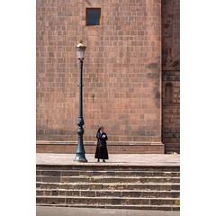 Cusco Perú (Basilio Robledo) Tags: canon cusco perú elcusco basiliorobledo eos canon550d elcuscoperú t2i 50mm plaza dog nun perro farol monja church iglesia