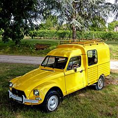 St-Michel-de-Montaigne, Dordogne, France (pom'.) Tags: panasonicdmctz101 dyane acadiane citroën france dordogne bergerac aquitaine nouvelleaquitaine saintmicheldemontaigne montaigne 24 car vintagecar oldtimer yellow 5000