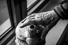 The Artist's hand (Black&Light Streetphotographie) Tags: mono monochrome menschen menschenbilder leute lichtundschatten lightandshadows urban tiefenschärfe wow dof depthoffield fullframe city closeup sony streetshots streetshooting streets street schwarzweis streetphotographie sw sonya7rii bw blackandwhite blackwhite bokeh bokehlicious blur blurring