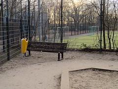 Schillerkiez_e-m10_1013247442 (Torben*) Tags: rawtherapee olympusomdem10 olympusm25mmf18 berlin neukölln schillerkiez bank bench mülleimer trashcan spielplatz playground lichtenraderstrase