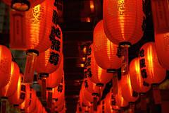 Chinatown insomnia (Nobusuma) Tags: nikon nikond610 digital nikkor50mmf18g 50mm f18g singapore chinatown night lanterns buddhism buddhatoothrelictemple ニコン シンガポール ちょちん 赤 光 夜