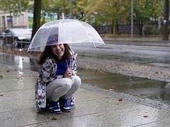 Regenwetter (ingrid eulenfan) Tags: regen regenschirm wetter fotoshootings model frau woman strasse streetlife street wassertropfen rain umbrella 30mm sony sonyalpha6000 sigma30mmf14 regenschirmshooting