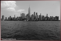 FOTOGRAFÍA EN BLANCO Y NEGRO. BLACK AND WHITE PHOTOGRAPHY. NEW YORK CITY. (ALBERTO CERVANTES PHOTOGRAPHY) Tags: newyork nyc usa manhattan city blackwhitephotography blackwhite monochrome white black streetphotography photography building water wave newyorkbuilding indoor outdoor blur sky nubes clouds landscapes cityscapes skyscraper skyline photoart photoborder art barcaza barge retrato portrait luz light color colores colors brillo bright antena antenna lowermanhattan wtc worldtracecenter freedomtower torre tower freedom oneworldobservatory superbw bw