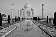 Taj Mahal (Olivier Simard Photographie) Tags: inde india agra mausolée tajmahal moghol aurore minaret rajasthan uttarpradesh shajahan allah jardins muntazimahal amour cyprès bassin islam marbre reflets noiretblanc