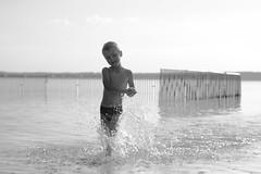 Hold it tight / Держи крепко (Boris Kukushkin) Tags: bw water children child casual waterdrops дети вода ребенок чб капли брызги казуальная igor игорь