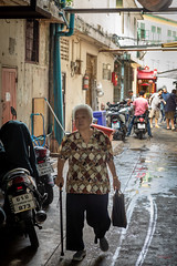 Daily Life in Chinatown (grab a pic) Tags: canoneos5dmarkiv canon eos 5d bangkok bangkokmetropolitanregion thailand 2019 yaowaratroad chinatown streetphotography outdoor outside street people portrait woman men motorcycles