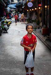 Daily Life in Chinatown (grab a pic) Tags: canoneos5dmarkiv canon eos 5d bangkok bangkokmetropolitanregion thailand 2019 yaowaratroad chinatown streetphotography outdoor outside street people portrait boy shopping