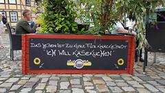 20190814 Quedlinburg Schild (1) (j.ardin) Tags: deutschland germany allemagne alemania sachsenanhalt quedlinburg weltkulturerbe stadt kaesekuchen werbung advertising commercial promotion publicité schild sign plaque placa