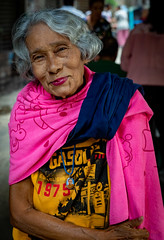 Daily Life in Chinatown (grab a pic) Tags: canoneos5dmarkiv canon eos 5d bangkok bangkokmetropolitanregion thailand 2019 yaowaratroad chinatown streetphotography outdoor outside street people portrait woman