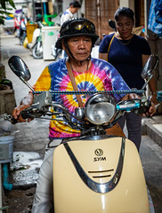 Daily Life in Chinatown (grab a pic) Tags: canoneos5dmarkiv canon eos 5d bangkok bangkokmetropolitanregion thailand 2019 yaowaratroad chinatown streetphotography outdoor outside street people portrait man motorcycle crashhelmet