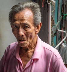 Daily Life in Chinatown (grab a pic) Tags: canoneos5dmarkiv canon eos 5d bangkok bangkokmetropolitanregion thailand 2019 yaowaratroad chinatown streetphotography outdoor outside street people portrait man