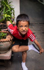 Daily Life in Chinatown (grab a pic) Tags: canoneos5dmarkiv canon eos 5d bangkok bangkokmetropolitanregion thailand 2019 yaowaratroad chinatown streetphotography outdoor outside street people portrait boy