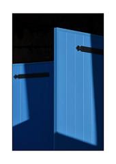 la seule «maison sécurisée» de No-Man's-Land (Armin Fuchs) Tags: arminfuchs nomansland blue windows shadows niftyfifty anonymousvisitor thomaslistl wolfiwolf jazzinbaggies