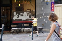 La Galéria (AlainC3) Tags: galiriedart commerce store shop hongrie hungary budapest nikond7500 arany giletjaune garçon femme kid woman chaise coussin signe sign