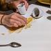 Kaffeekunst: Berliner Wahrzeichen Brandenburger Tor mit Kaffeesatz zeichnen