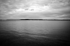 Stralsund / Devin - Strelasund (tom-schulz) Tags: ricoh grii monochrom bw sw stralsund thomasschulz wasser sund strelasund himmel wolken ufer rügen segelboot wellen