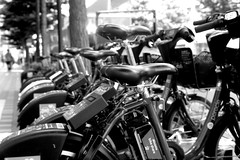 bike share (shou yokoya) Tags: film 135 35㎜ kodak trix 400tx 400 analogue bw monochrome bessat voigtlănder nokton classic 40㎜ sapporocity streetphotography street urban
