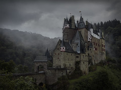 Castle Eltz (Pascal Riemann) Tags: rheinlandpfalz burgeltz deutschland nebel regen burg architektur gebäude wolken natur architecture building castleeltz germany haus house nature castle clouds fortress