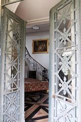 Mais entrez donc ! (nicmocq) Tags: sculpture architecture porte château entrée accueil