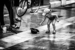 Une fan! (vedebe) Tags: rue street city ville urbain urban people humain human artiste chapeau noiretblanc netb nb bw monochrome société