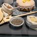 Backzutaten in Leinensäcken und Keramiktöpfen, für einen glutunfreien Orangenkuchen mit Zuckerguss