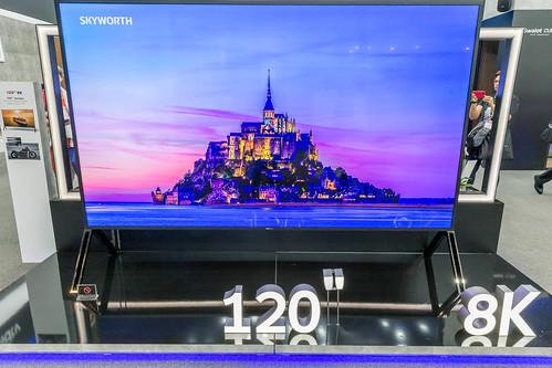 Zukunftsfernsehen: 8K-TV von Sharp mit großem 120 Zoll Bildschirm