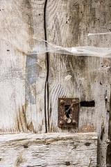 Porte en bois. Colmars (jmmuggianu) Tags: araignée bois porte serrure toile colmars alpesdehauteprovence france