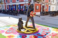 Monumento a los hippies en el puerto de Ibiza (scandelaibz) Tags: estatuaflowerpower ibiza eivissa vila puerto hippies isla pacha discoteca estatua