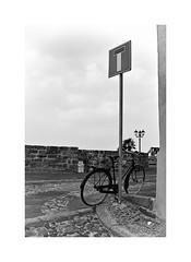 Dead end (Franco & Lia) Tags: deadend alghero sardegna sardinia bicicletta bike bicycle biancoenero blackwhite noiretblanc schwarzundweiss muraglia bastioni bastion rapart