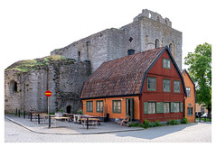 Contrasting architecture (leo.roos) Tags: colo contrast huis rood stad churc oranj archit zweed solaag sweden sverige gotland zweden darosa leoroos a7iii sony241054 sonyfe24105mmf4goss sel24105g swedengotlandspring2019 red orange house church ruin ruine kerk visby architecture architectuur