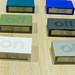 Lexon Essentials drehbarer LCD-Reisewecker in bunten Farben