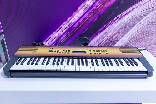 Yamaha Digitalpiano mit Anschlagdynamik: Tragbares Keyboard PSR E360 in Nussbaum und Ahorn