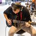 Musiker spielt auf der Yamaha Rev-star E-Gitarre, mit angeschlossenen Kopfhörern