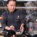 Zubereitung von frittierten Krabbenchips während einer Kochshow vor Livepublikum