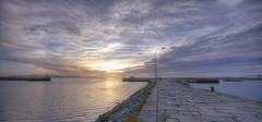 (236/19) En el muelle de la bahía (Pablo Arias) Tags: pabloarias photoshop nx2 cielo nubes arquitectura paisaje mar ríaatlántico muelle atardecer ocaso cambados pontevedra galicia