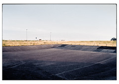 (schlomo jawotnik) Tags: 2019 juli gandersum ostfriesland tagestour becken spuren gras laternenmast zaun analog film kodak kodakproimage100 usw