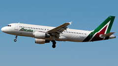 Alitalia Airbus A320-216 EI-DSL (StephenG88) Tags: londonheathrowairport heathrow lhr egll 27r 27l 9r 9l boeing airbus august25th2019 25819 myrtleavenue renaissanceheathrow alitalia az aza a320 a320200 a320216 eidsl